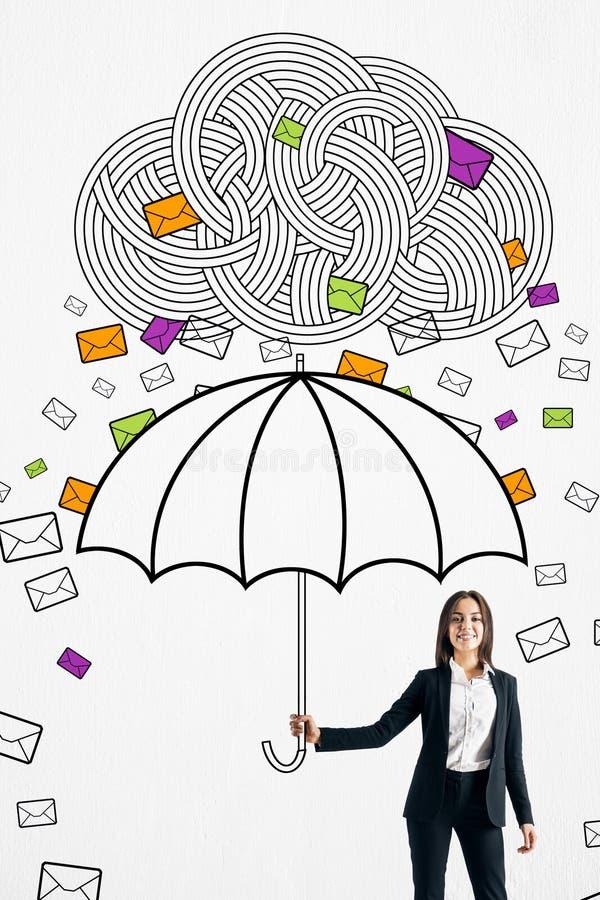 Lycklig aff?rskvinna som skyddar fr?n emails royaltyfri illustrationer