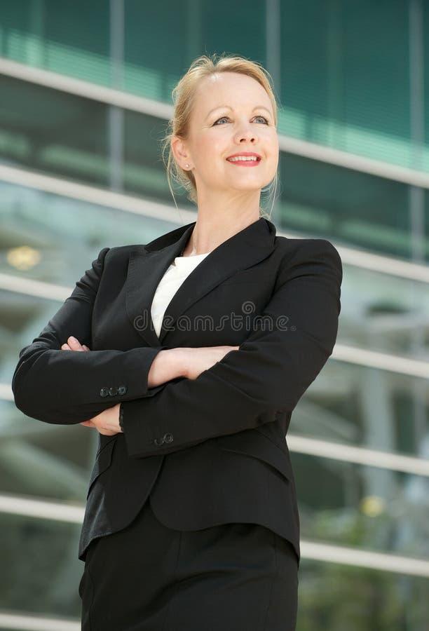 Lycklig affärskvinna som utomhus ler fotografering för bildbyråer