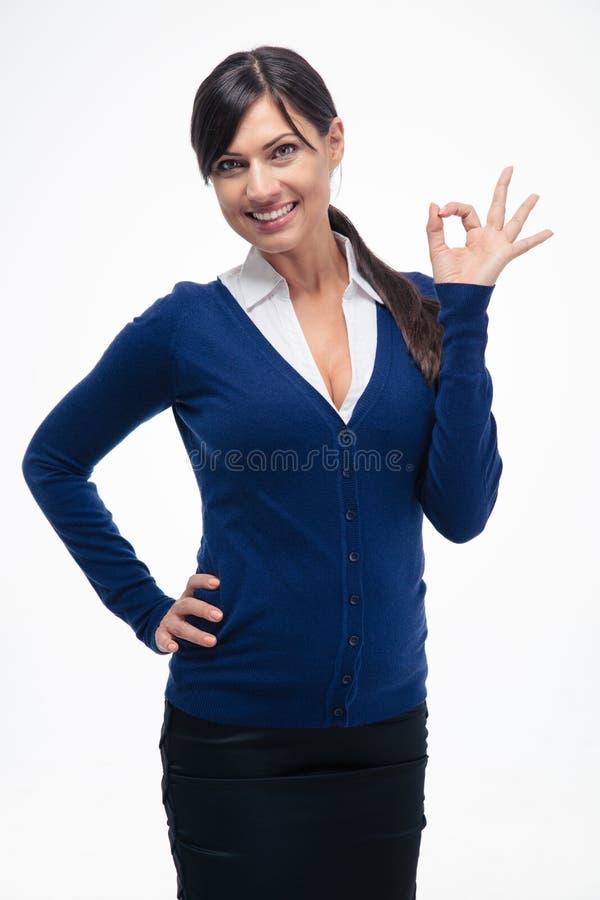 Lycklig affärskvinna som visar det ok tecknet arkivbild
