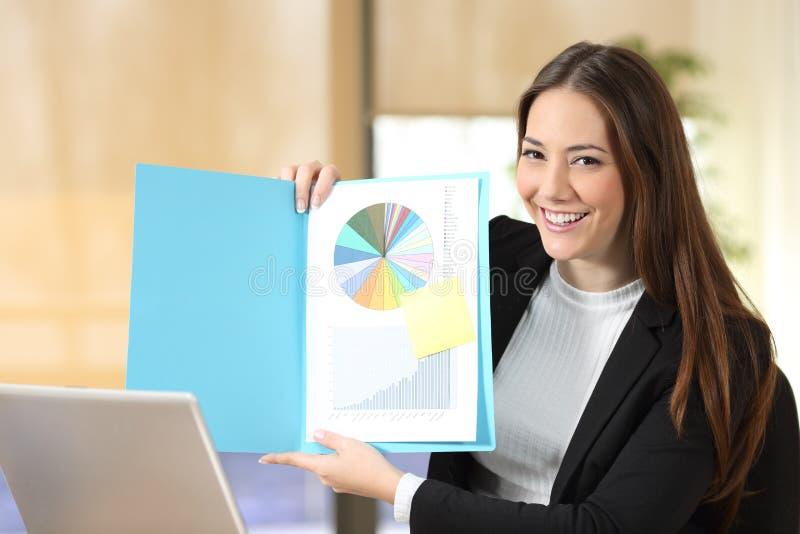 Lycklig affärskvinna som visar det tomma dokumentet på kameran royaltyfria foton