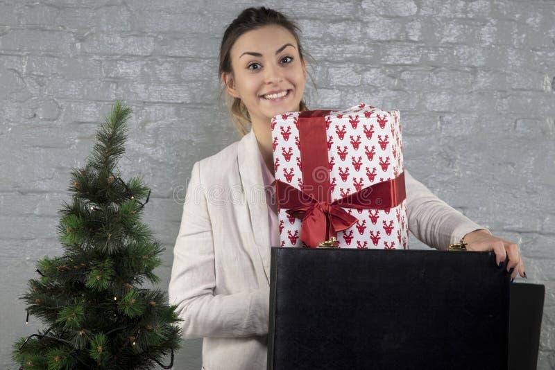 Lycklig affärskvinna som visar hennes gåva royaltyfria foton