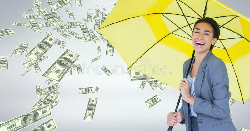 Lycklig affärskvinna under paraplyet med pengarregn mot grå bakgrund royaltyfri bild