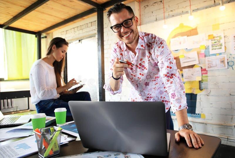 Lycklig affärsman eller idérik manlig kontorsarbetare med datoren royaltyfri foto