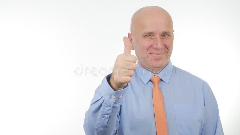 Lycklig affärsman Image Smile och att göra tummar upp handgester arkivbilder
