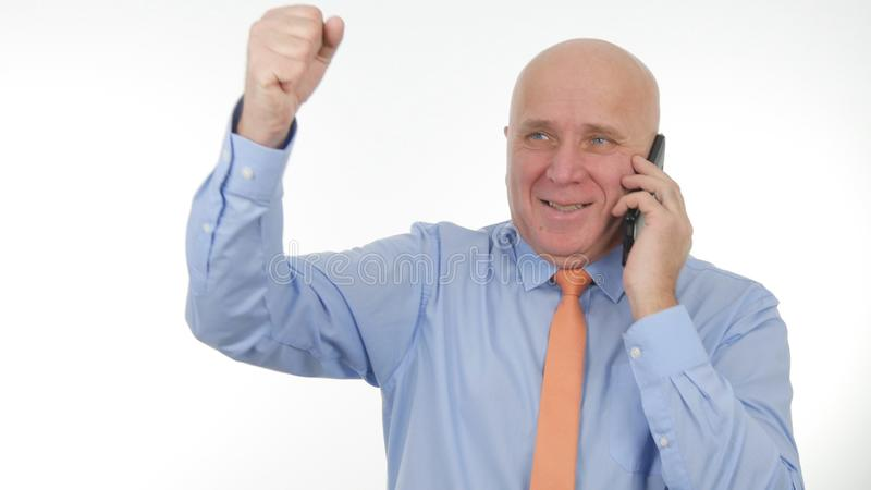 Lycklig affärsman Image Talk till Smartphone och att göra Victory Hand Gestures arkivbild