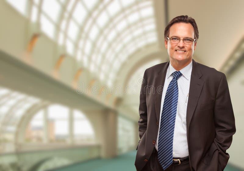 Lycklig affärsman Inside Corporate Building arkivbilder