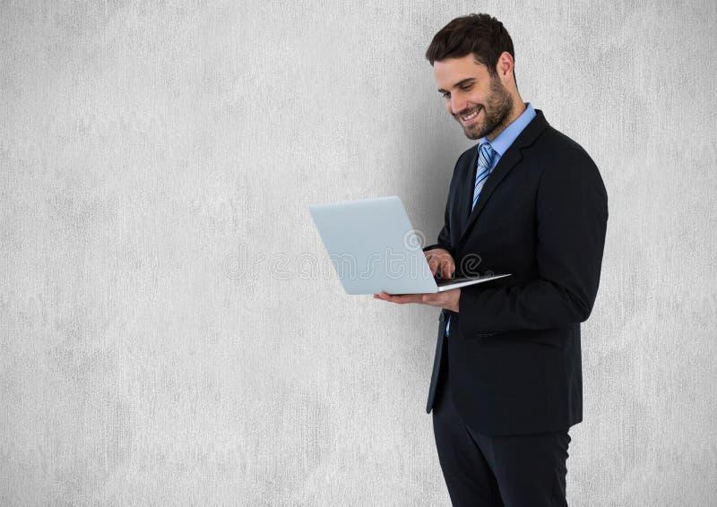 Lycklig affärsman som använder bärbara datorn mot grå bakgrund stock illustrationer