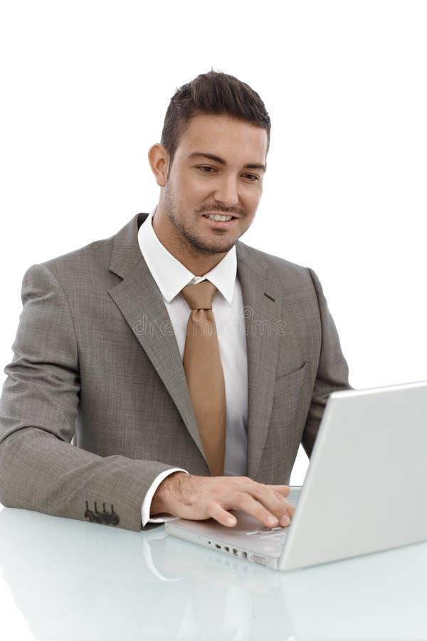 Lycklig affärsman som arbetar på bärbara datorn arkivfoton
