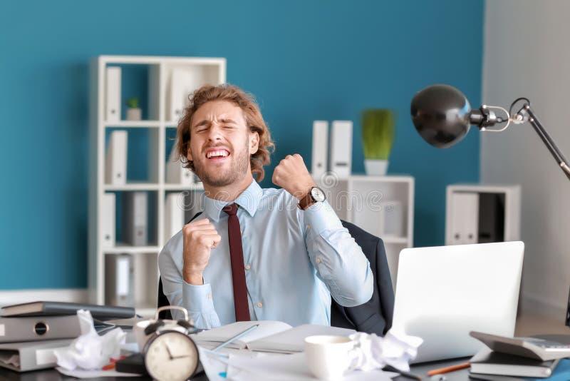Lycklig affärsman som avslutar hans jobb i tid royaltyfri foto