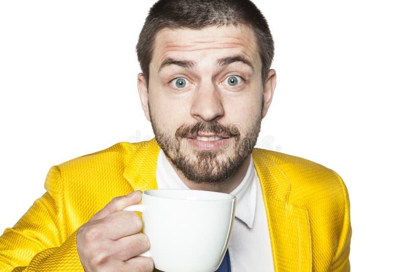Lycklig affärsman som dricker kaffe från stor direktstöt arkivbild