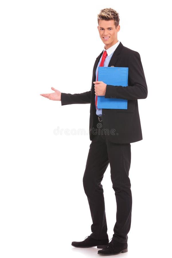 Lycklig affärsman som ger presentation arkivbild