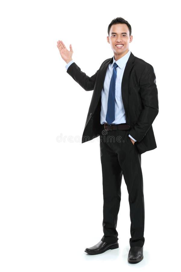 Lycklig affärsman som ger presentation fotografering för bildbyråer