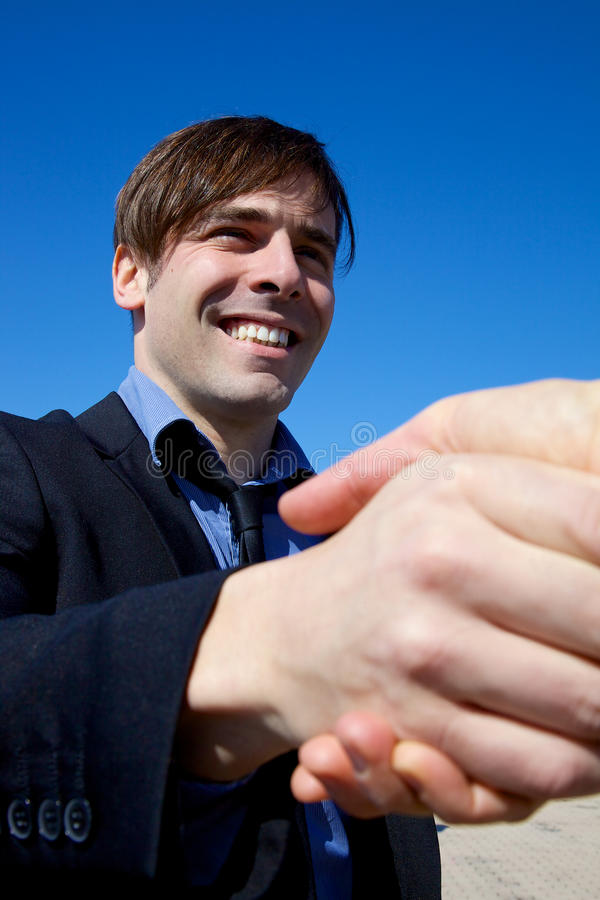 Lycklig affärsman som skakar handen royaltyfria foton