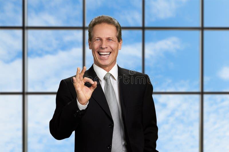 Lycklig affärsman som visar det ok tecknet arkivbilder