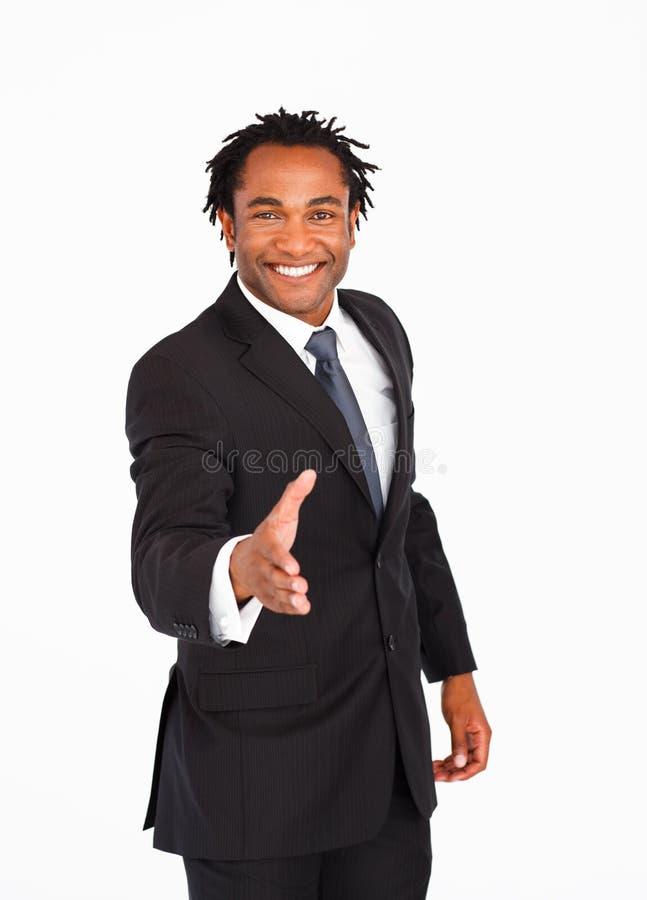 lycklig affärsmanhälsningshandskakning arkivfoto