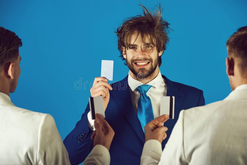 Lycklig aff?rsman som ler med den lyckliga framsidan och kortet i hand royaltyfri bild
