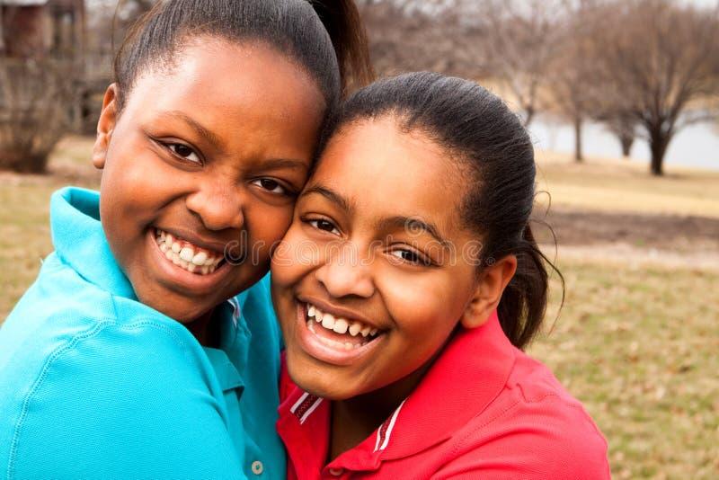 Lycklig afrikansk amerikanfader och son som talar och skrattar royaltyfri bild