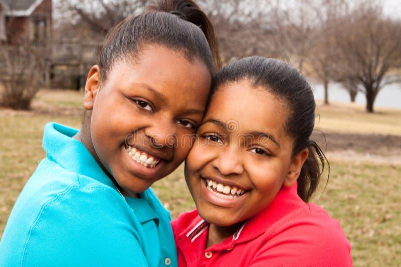 Lycklig afrikansk amerikanfader och son som talar och skrattar arkivbilder