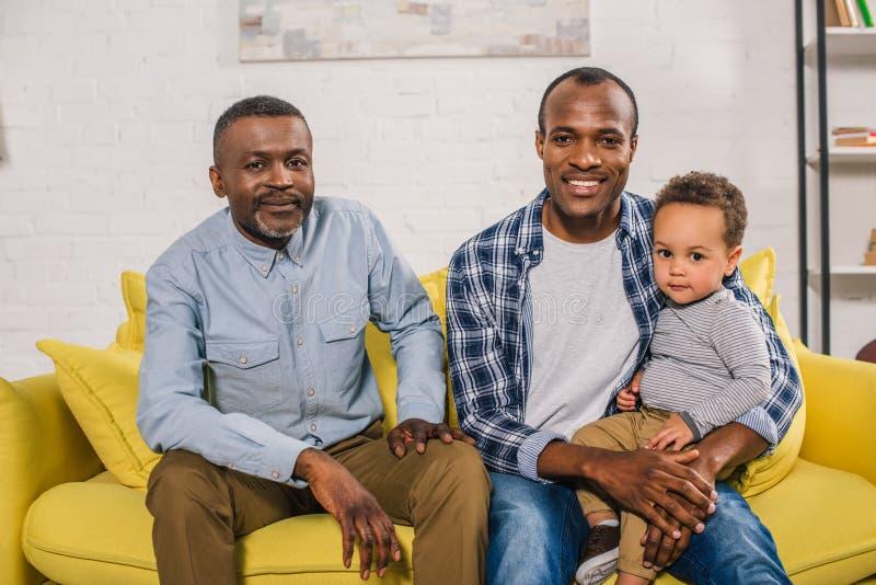 lycklig afrikansk amerikanfaderfarfar och barn fotografering för bildbyråer