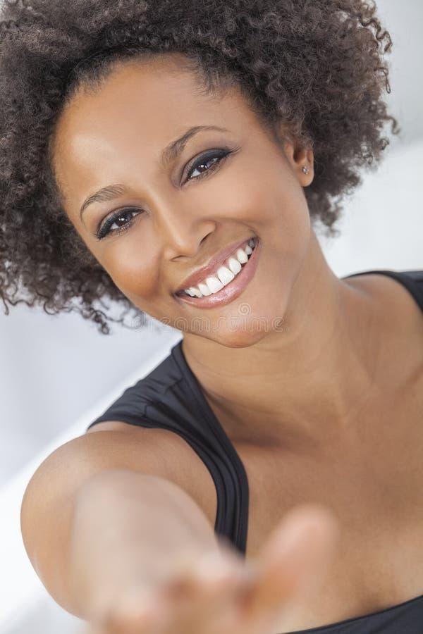 Lycklig afrikansk amerikanflicka för blandat lopp arkivfoto