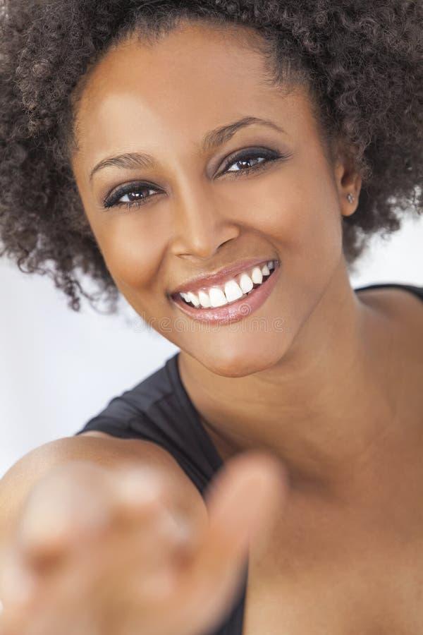 Lycklig afrikansk amerikanflicka för blandat lopp som tar Selfie royaltyfria bilder