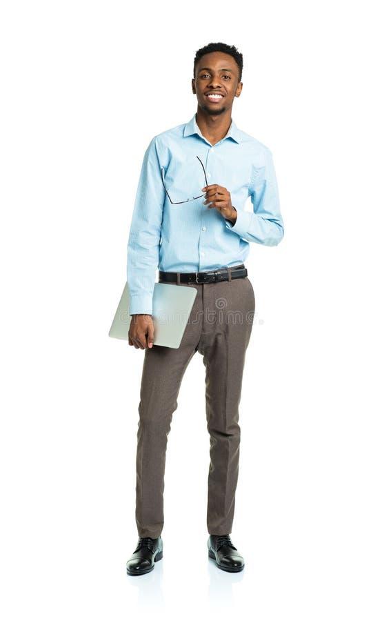 Lycklig afrikansk amerikanhögskolestudent med bärbar datoranseende arkivfoton