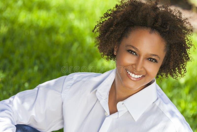 Lycklig afrikansk amerikankvinna som utanför ler royaltyfri bild