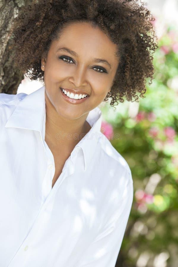 Lycklig afrikansk amerikankvinna som utanför ler royaltyfria foton