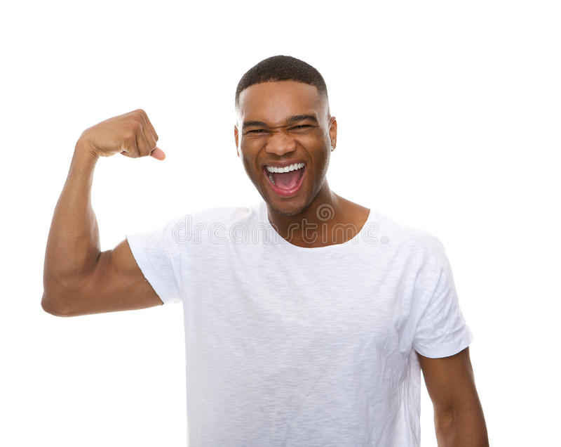 Lycklig afrikansk amerikanman som böjer armmuskeln arkivfoton