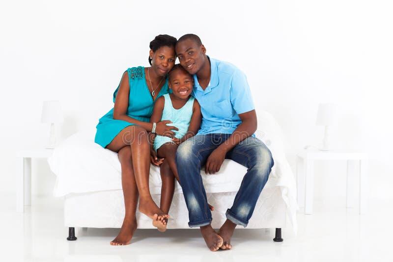Lycklig afrikansk familj royaltyfri fotografi