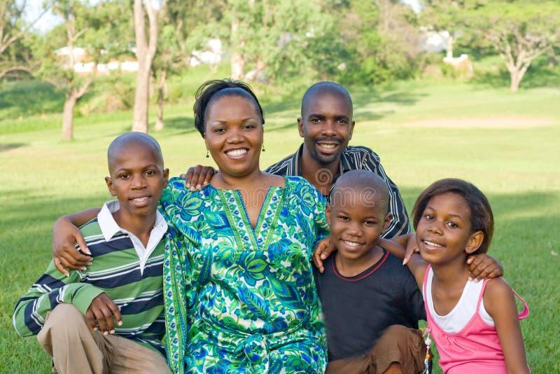lycklig afrikansk familj fotografering för bildbyråer