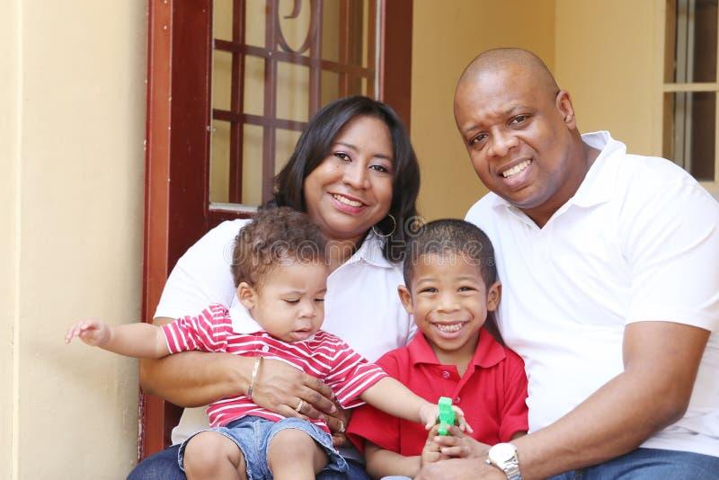 Lycklig afrikansk familj i deras nya hus royaltyfria foton