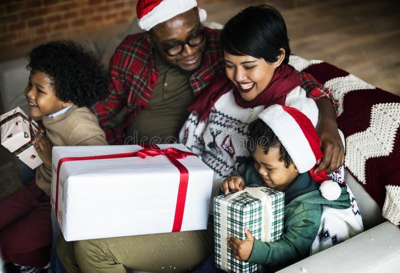 Lycklig afrikansk familj som firar med julgåvor fotografering för bildbyråer