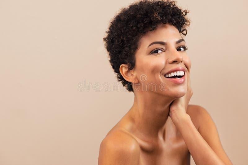 Lycklig afrikansk kvinna efter skönhetbehandling royaltyfri bild