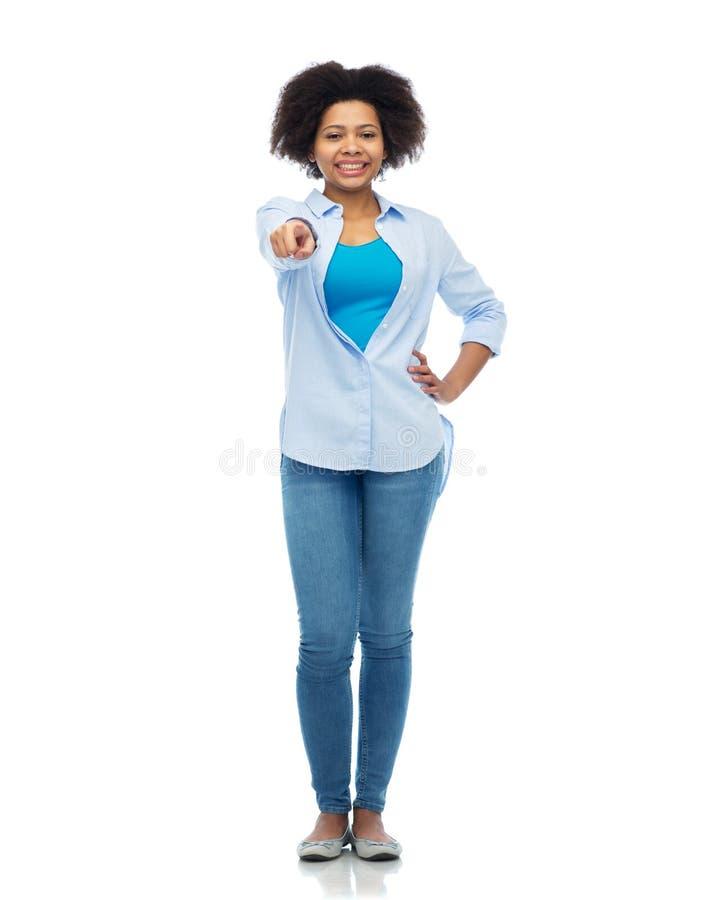 Lycklig afrikansk kvinna som pekar fingret till dig arkivbild