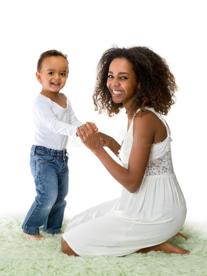 Lycklig afrikansk moder och litet barn royaltyfri bild