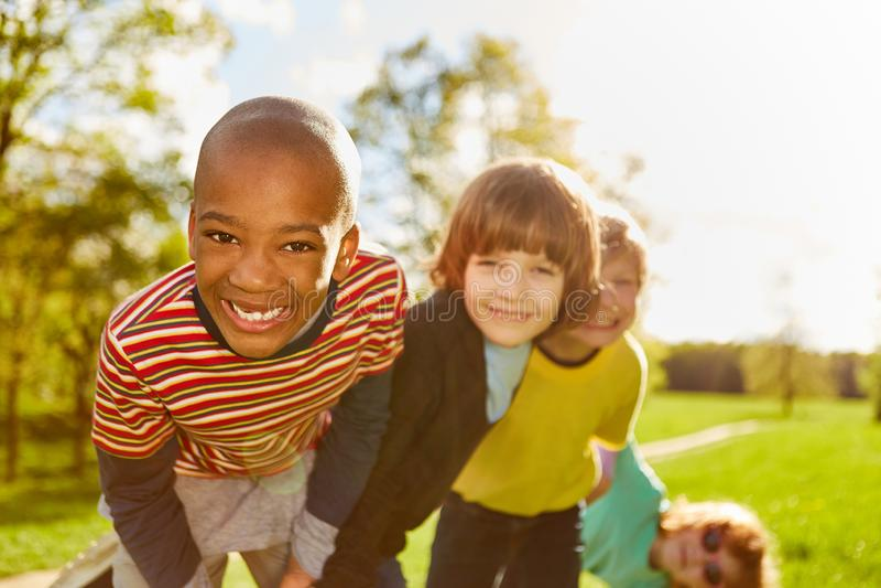 Lycklig afrikansk pojke och hans vänner arkivbilder