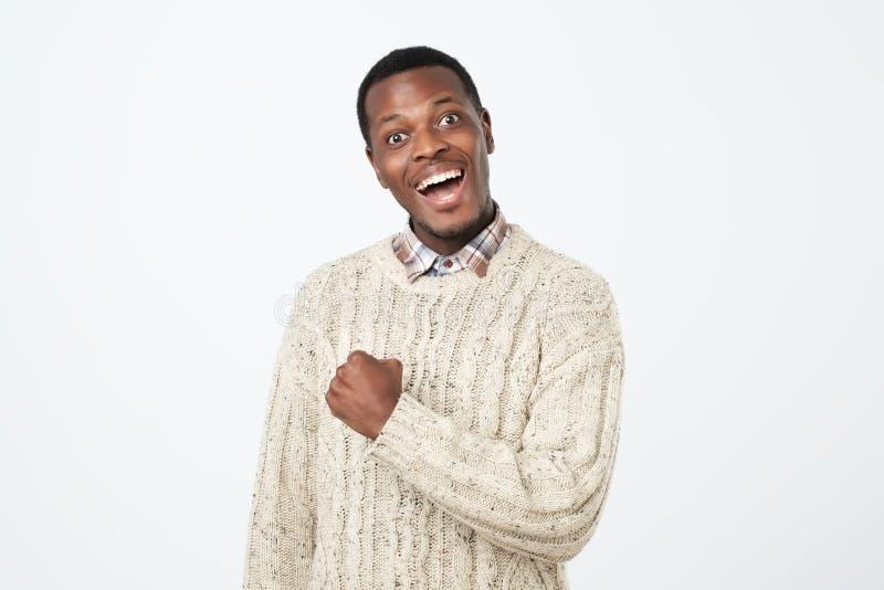 Lycklig afrikansk svart man och upphetsad fira seger som uttrycker stor framgång royaltyfri fotografi