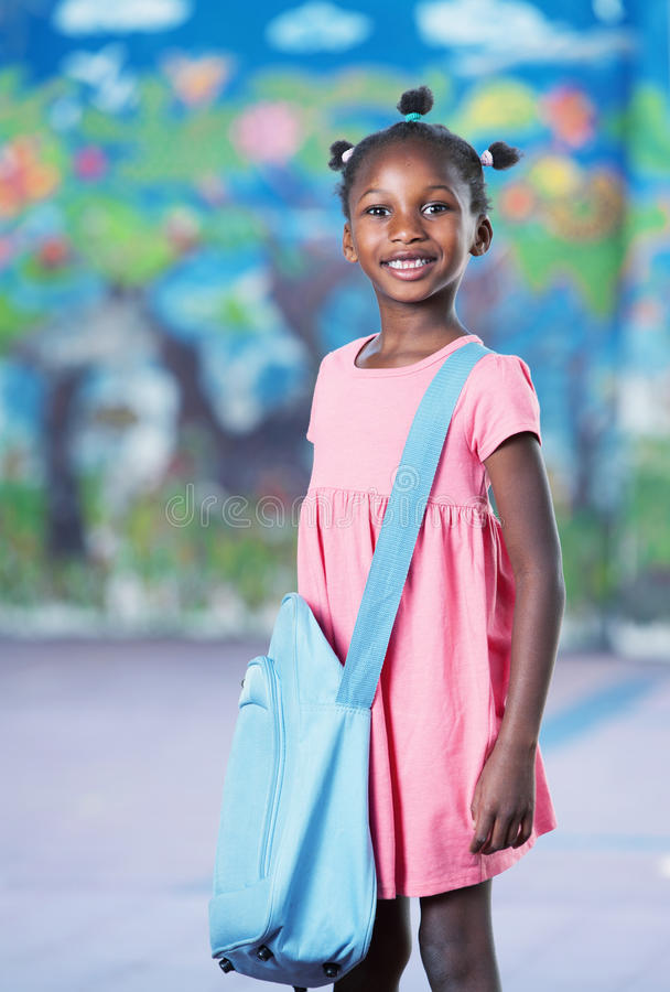 Lycklig afroamerican kvinnlig student i elementär schoolyard arkivfoton