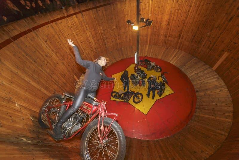 Lycklig akrobatarbetare arkivfoton