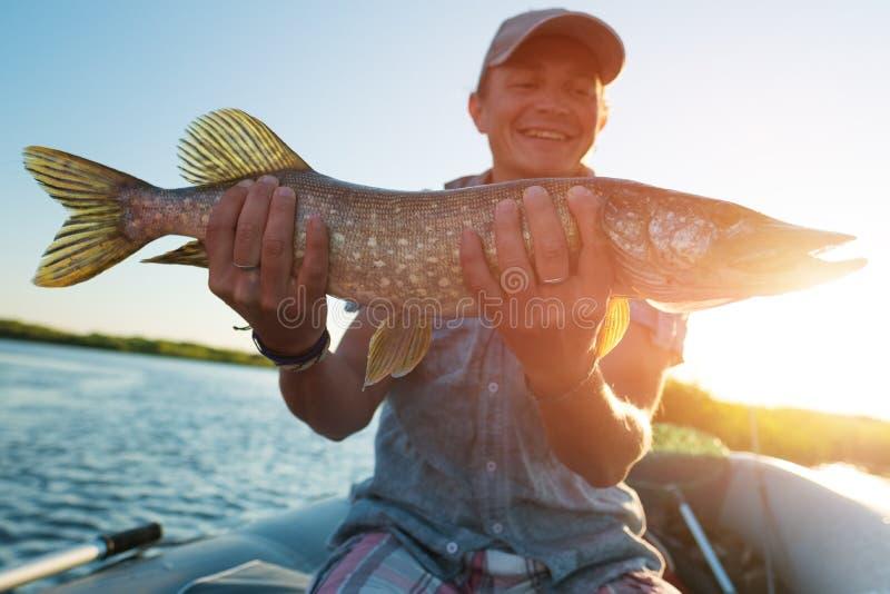 Lycklig amatörmässig sportfiskare arkivfoto