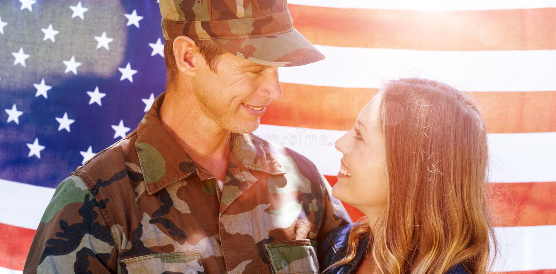 Lycklig amerikansk soldat som återförenas med hans partner royaltyfri bild