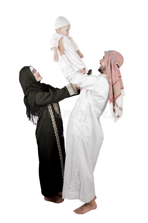 Lycklig arabisk familj som isoleras över vit bakgrund arkivfoton
