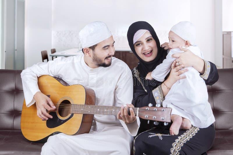 Lycklig arabisk familj som spelar gitarren royaltyfria bilder