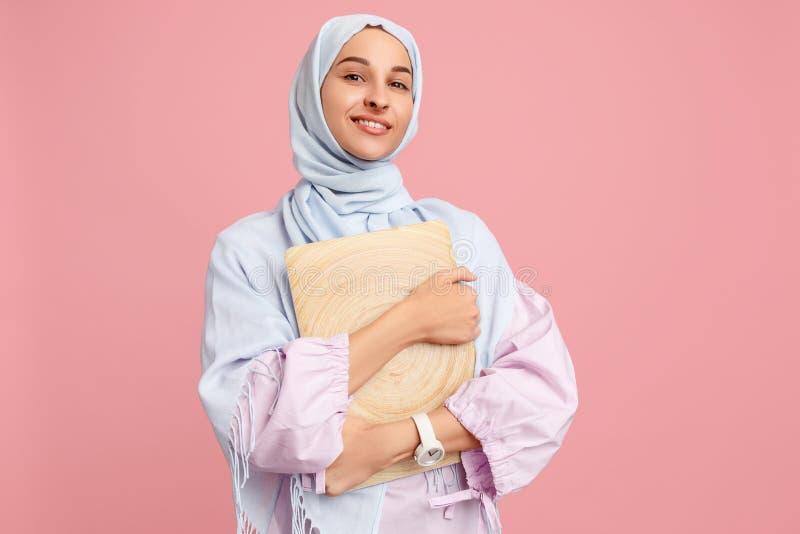 Lycklig arabisk kvinna i hijab Stående av att le flickan som poserar på studiobakgrund fotografering för bildbyråer