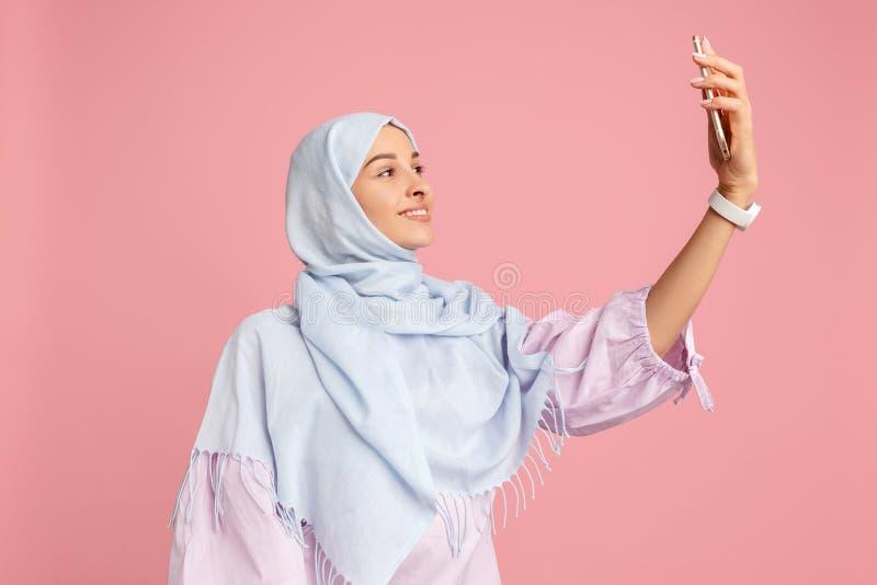 Lycklig arabisk kvinna i hijab Stående av att le flickan som poserar på studiobakgrund arkivbild