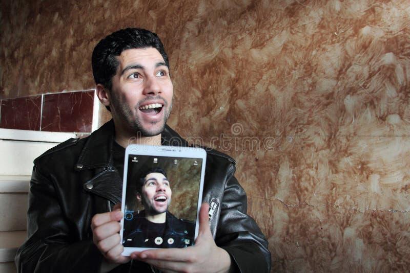 Lycklig arabisk ung affärsman i omslaget som tar selfie fotografering för bildbyråer