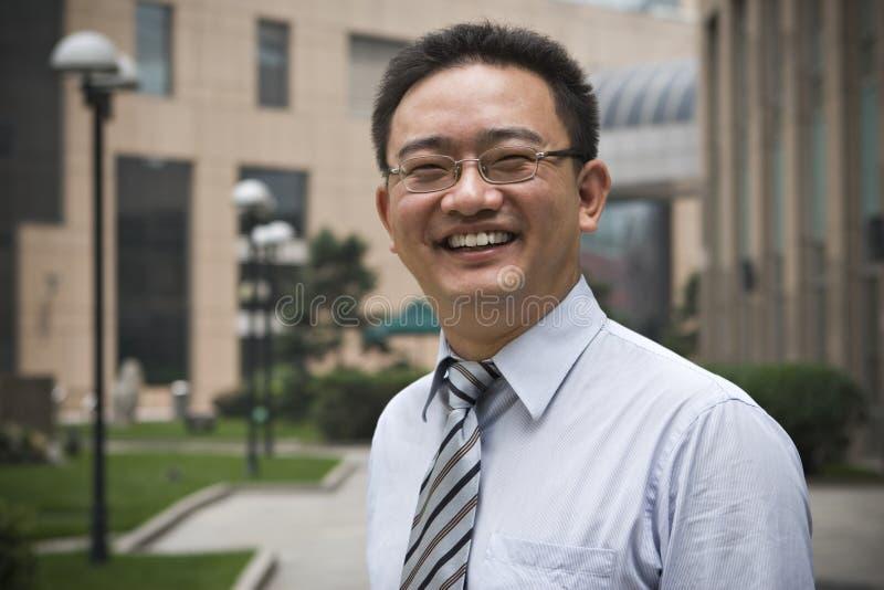 Lycklig asiatisk affärsledare royaltyfri fotografi