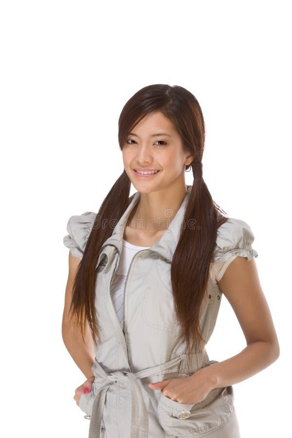 Lycklig asiatisk deltagarehögskolaflicka royaltyfria foton