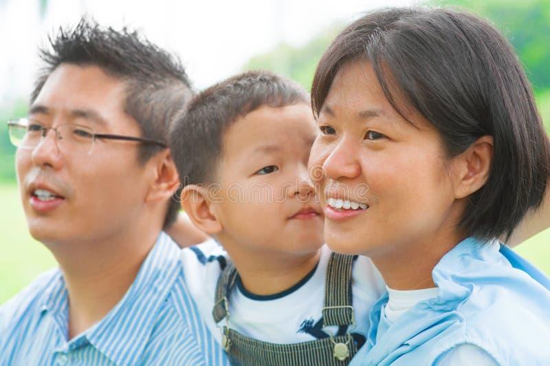 Lycklig asiatisk familj arkivfoto